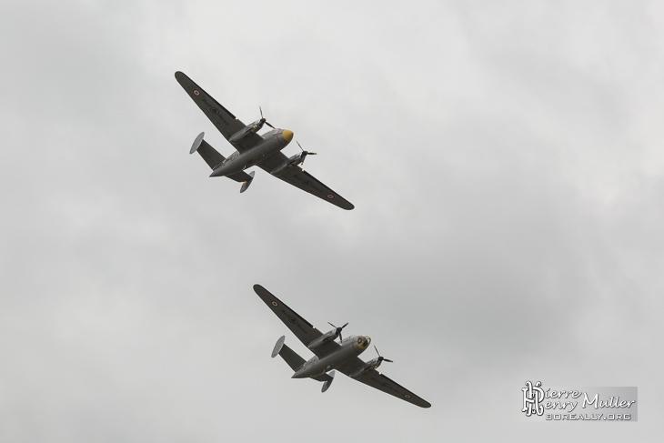 Deux Dassault Flamant volant en formation au Bourget