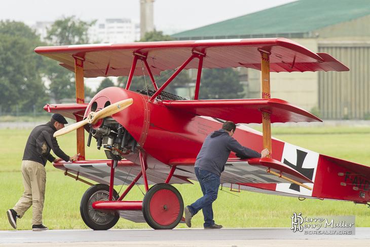 Fokker Triplan poussé jusqu'à la piste en pelouse du Bourget