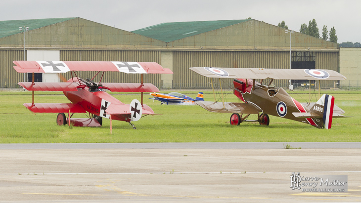 Fokker Triplan et RAF SE5 regardent l'Extra 300 de Catherine Maunoury