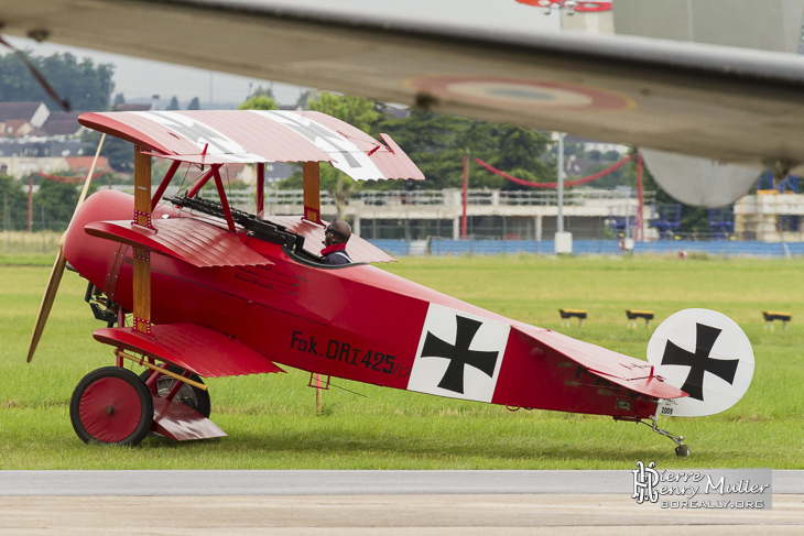 Fokker Triplan sous l'aile d'un Dassault Flamant