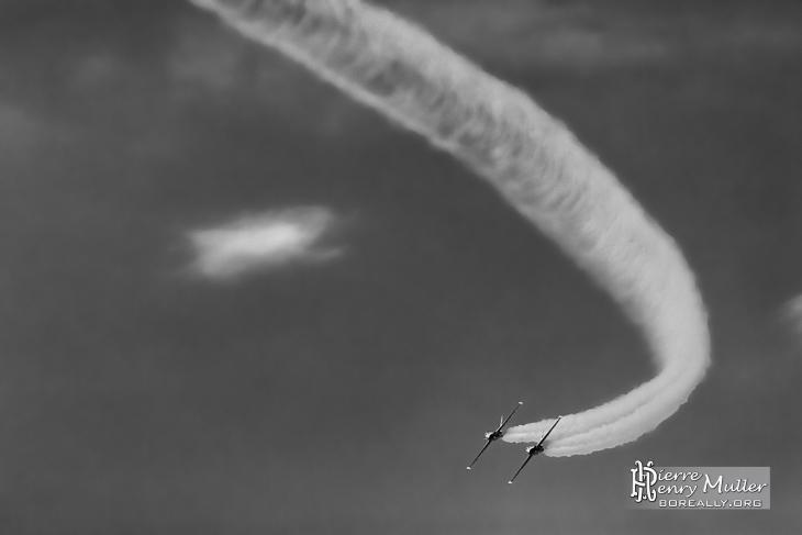 Fouga Magister de la Patrouille Tranchant en virage autour d'un nuage