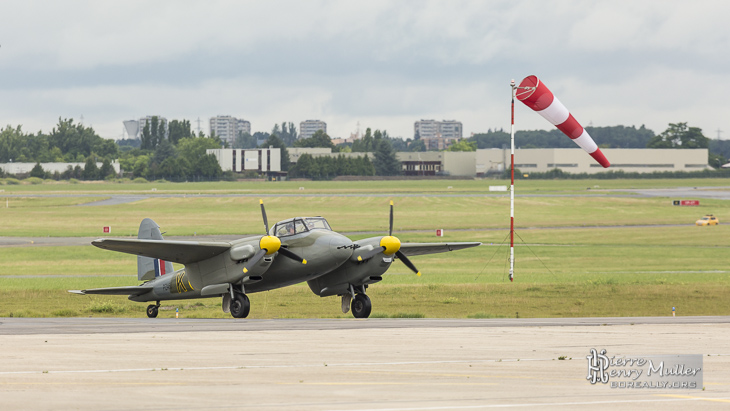 Mosquito .75 F-WMOZ sur taxiway au Bourget