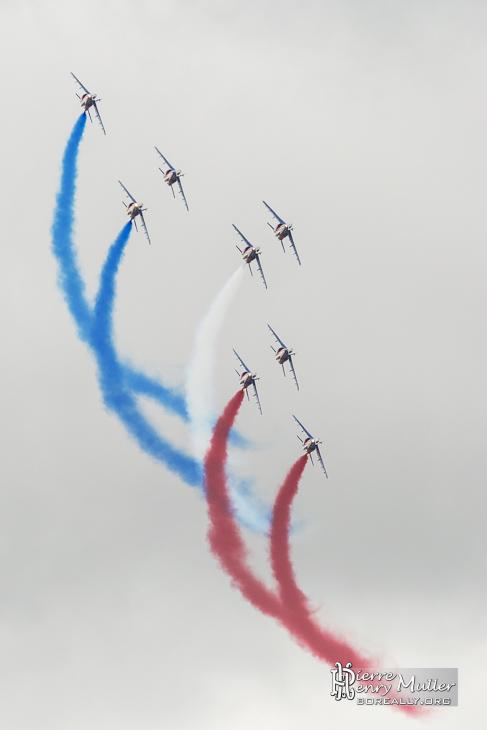 Patrouille de France avec fumigènes bleu blanc rouge