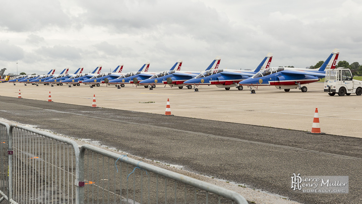 Patrouille de France au parking du Bourget