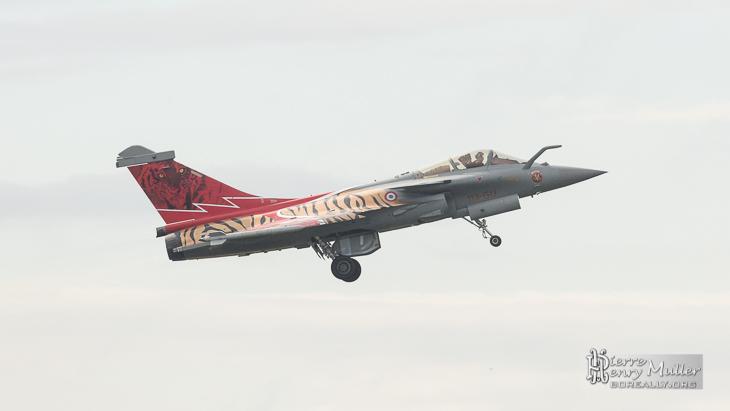 Rafale rentrant ses trains d'atterrissage au Bourget