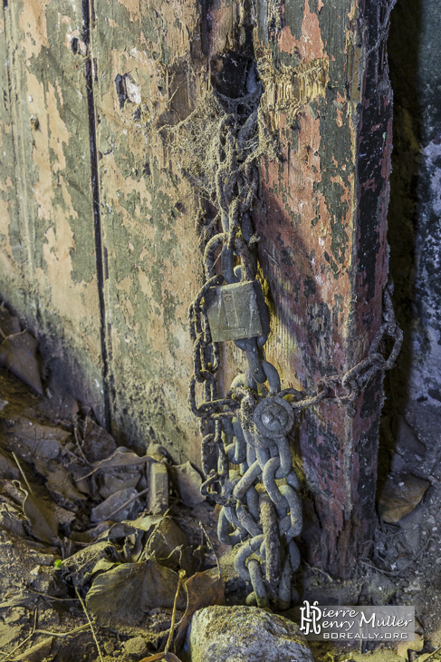 Ancienne chaine et cadenas sur une porte en bois