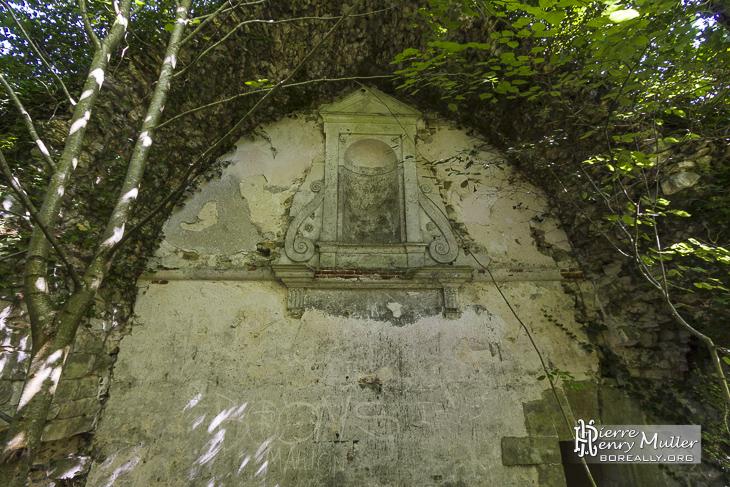 Mur extérieur avec sculptures de l'abbaye des Moulineaux