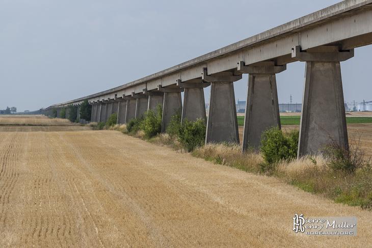 Ligne de l'Aérotrain en direction du Sud au milieu des champs