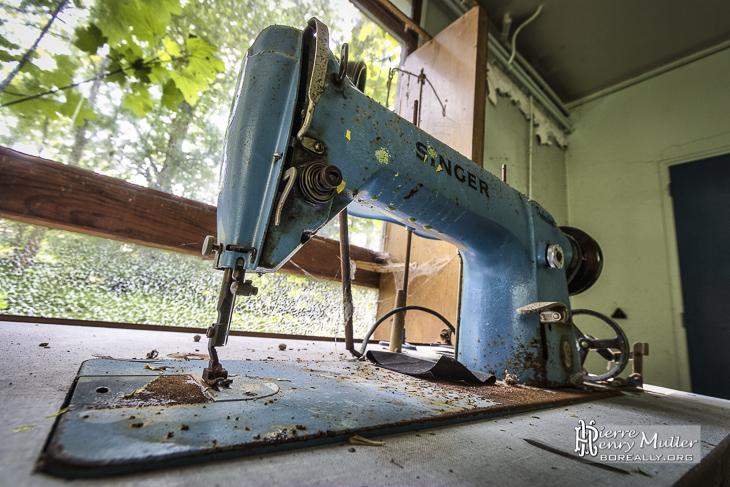 Machine à coudre et sa table de marque Singer
