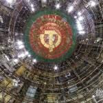 Dôme du centre de conférence avec les insignes communistes