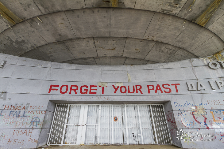 Forget Your Past à l'entrée de Buzludzha