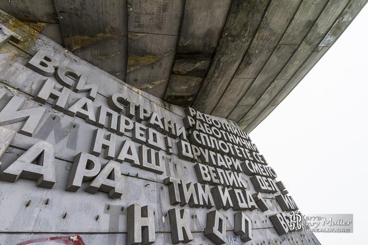 Messages et slogans politiques à Buzludzha