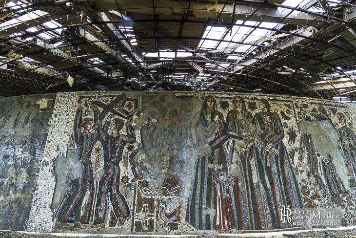 Mosaïques ravagés par le vandalisme et le temps