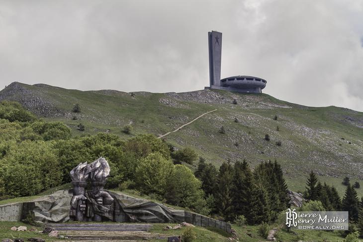 Paysage du mont Sculpture de torches et mains avec le monument Buzludzha en Bulgarie