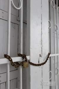 Portes soudées et grille cadenassée