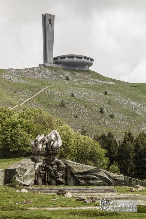 Sculpture de torches et mains avec le monument Buzludzha