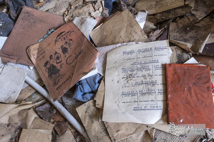 Cahiers d'école abandonnés dans les habitations des mineurs