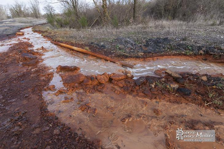 Déversement d'eau polluée sur le site du lavoir à charbon à Blayes-les-Mines
