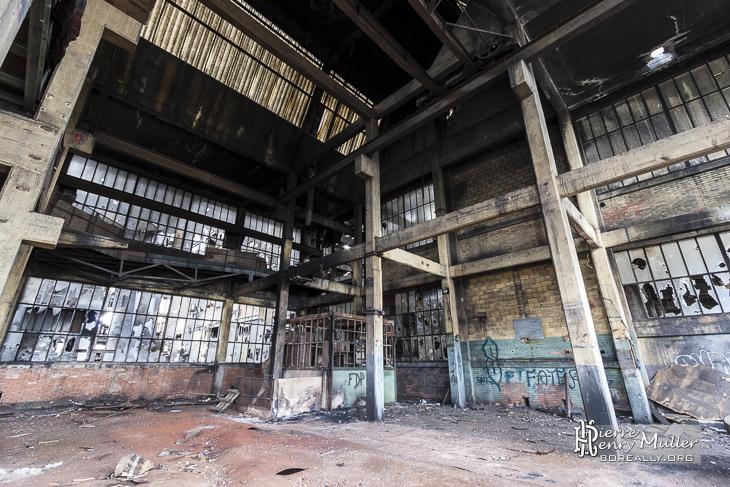 Intérieur des bureaux du lavoir à charbon après l'incendie