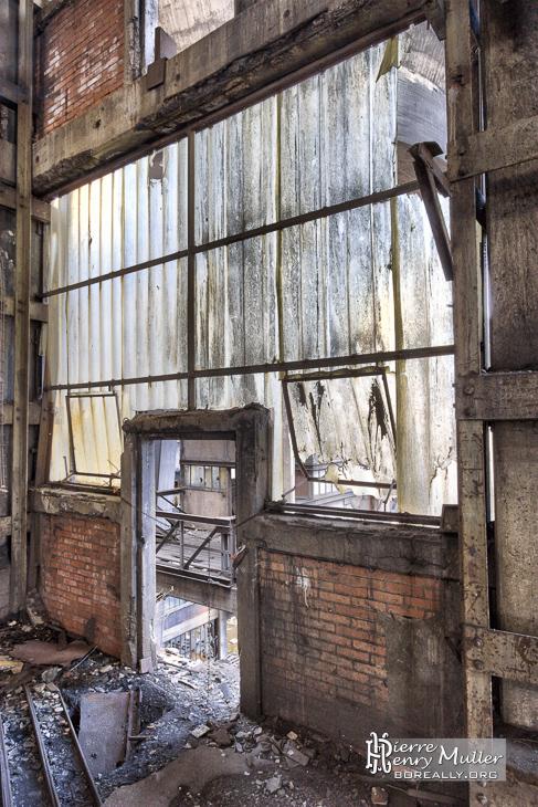 Porte et façade lumineuse du lavoir à charbon