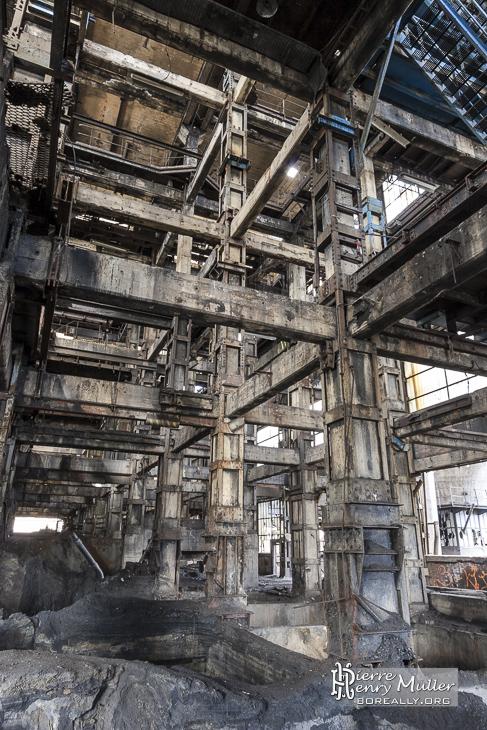 Poutres de la structure du lavoir à charbon de Blaye-les-Mines