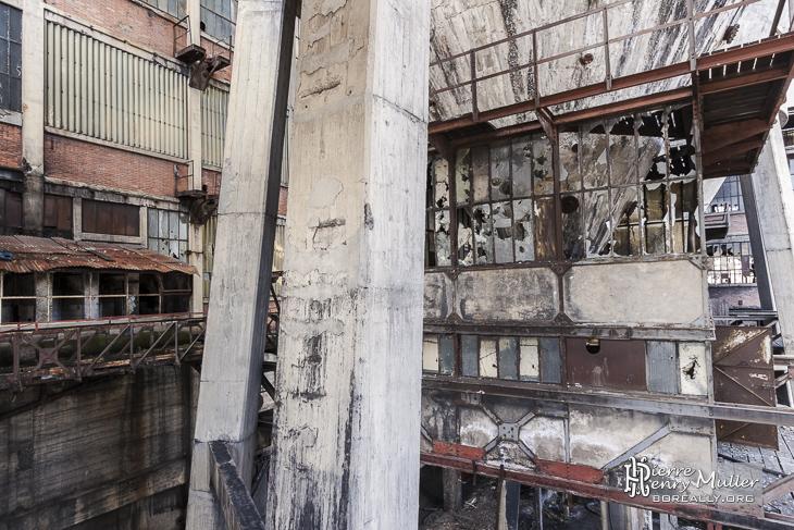 Structure industrielle : béton, acier, brique, verre