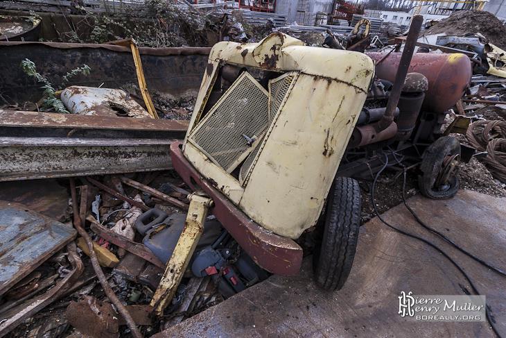 Engin remorque motorisée abandonné