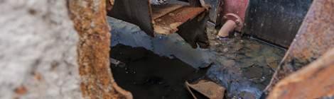 ...L'entaille réalisée pour la découpe de la péniche met à jour le fond de cale d'une péniche en cours de démolition....