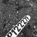 Plaques d'immatriculation de péniche posées au sol en noir et blanc