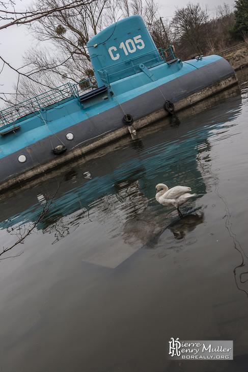 Sous-marin C105 sur la seine attendant sa destruction