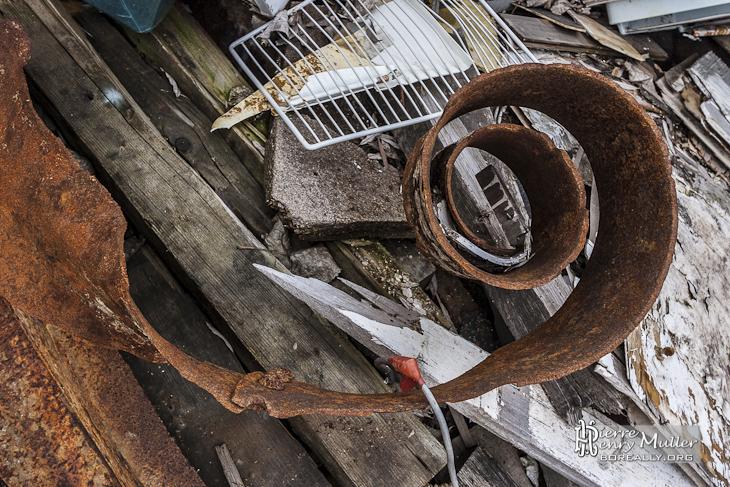 Tôle métallique enroulée d'une péniche en cours de ferraillage