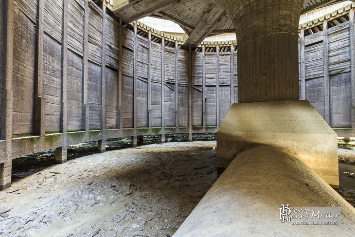Canalisation en béton d'arrivée d'eau depuis la centrale