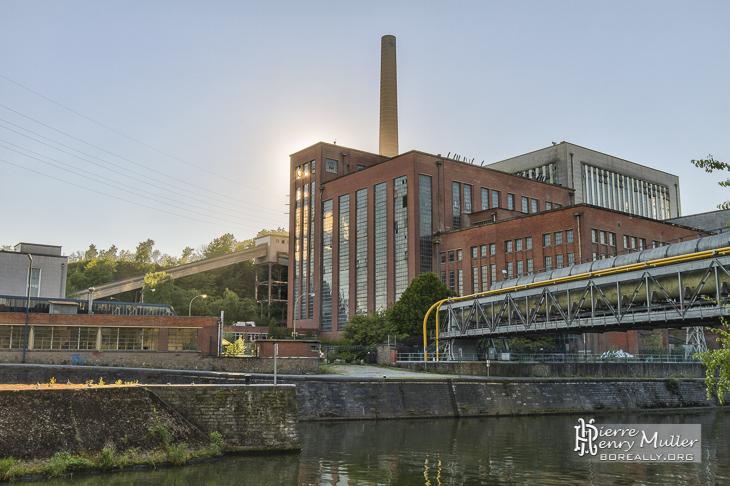 Centrale électrique IM au soleil couchant