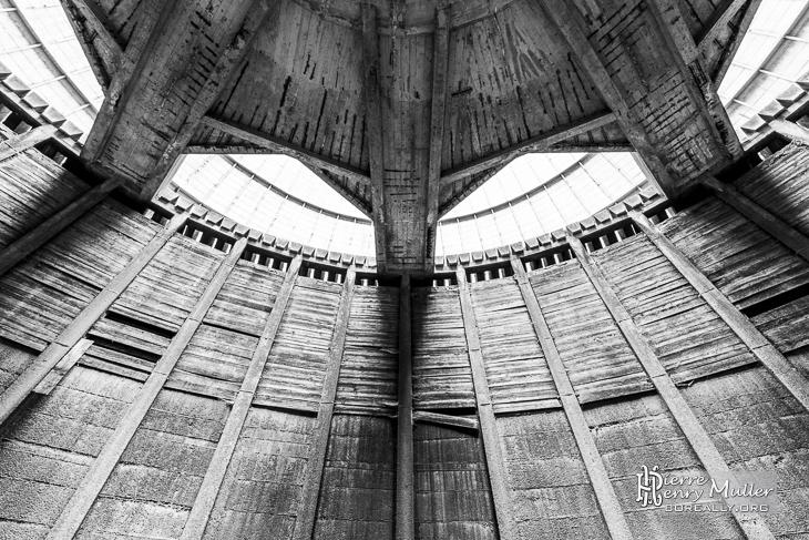 Sous la structure de la tour de refroidissement