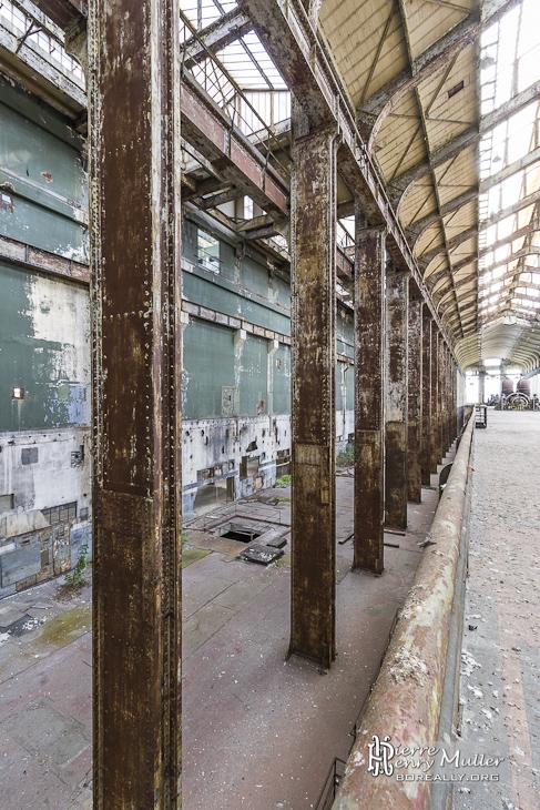 Alignement des poutrelles de la structure du hall des chaudières de la centrale EDF