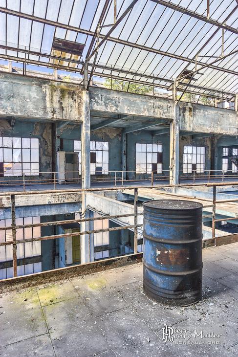 Bidon d'hydrocarbure, verrière et baies vitrées de la salle des machines de la centrale EDF