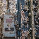 Boitier électrique sur un poutre métallique rouillée à la centrale EDF
