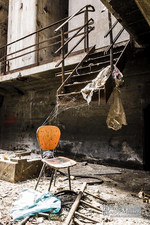 Chaise abandonné et escalier coupé dans les souterrains de la centrale EDF