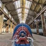Chaudière Alstom rouge et bleue en symétrie dans le hall de la centrale EDF Saint Denis en TTHDR