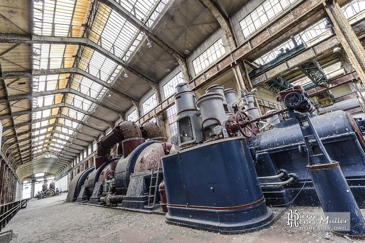 Chaudière à vapeur Alstom bleu et rouge dans le hall des chaudières à la centrale EDF