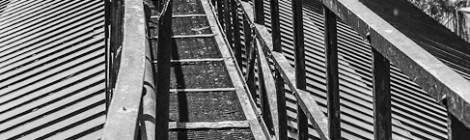 Chemin sur la verrière du toit de la centrale aux barrière tordues par la chaleur
