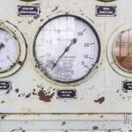 Compteurs à aiguilles sur le panneau de contrôle de la chaudière à vapeur Alstom