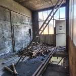 Echelle au travers d'une pièce avec baie vitré en TTHDR