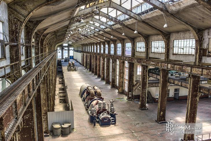 Ensemble du hall des chaudières à vapeur Alstom de la centrale EDF Saint-Denis en TTHDR