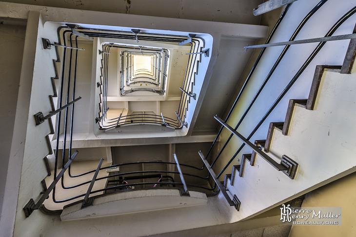 Escalier d'un bâtiment de la centrale EDF Saint-Denis