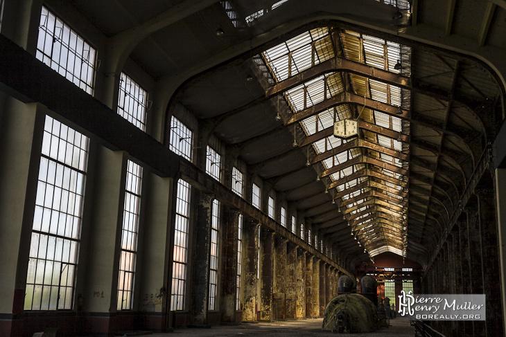 Hall des chaudières en pénombre de la centrale EDF Saint Denis