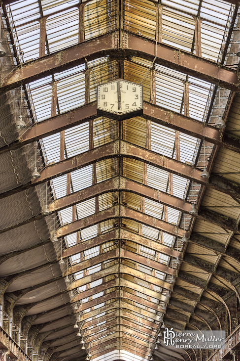 Horloge au plafond du hall vitré de la centrale EDF Saint-Denis en TTHDR