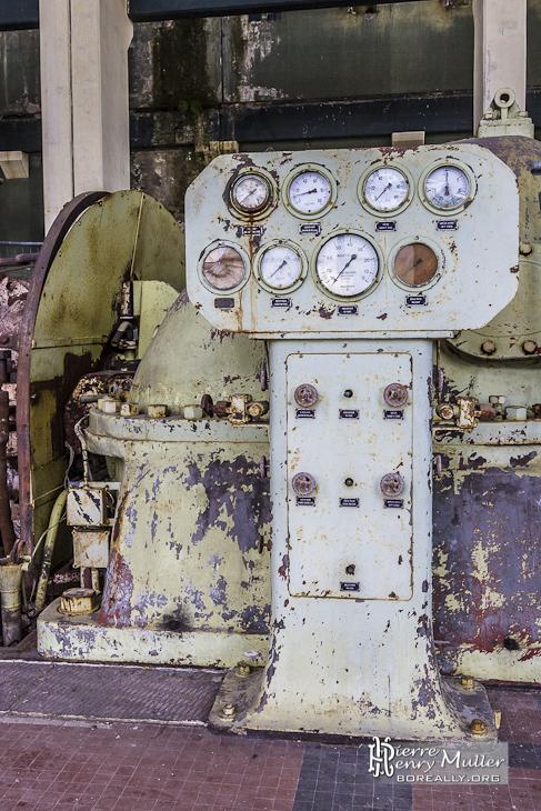 Panneau de contrôle d'une chaudière à vapeur Alstom dans la centrale électrique EDF