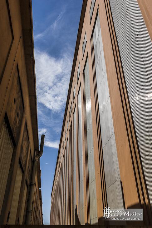 Passage entre les deux tronçons de la centrale EDF Saint-Denis
