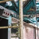 Peinture multicolore écaillée du pont roulant de la centrale EDF Saint-Denis